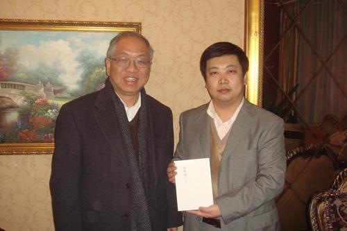 翰墨书画网 书画新闻 -中韩非遗高峰论坛秘书长黄中向韩国国会赠送青