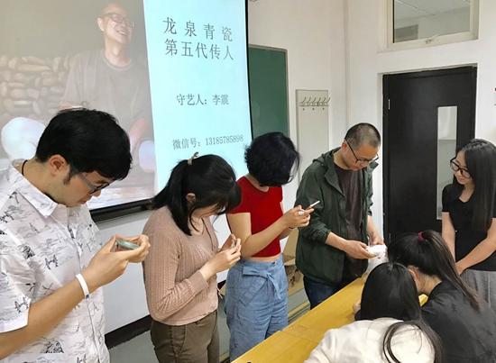 李震在中国人民大学为硕士研究生授课